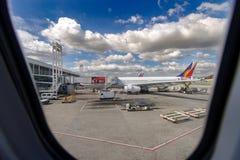 等待在NAIA 2终端,马尼拉的12月2,2017飞机 库存图片