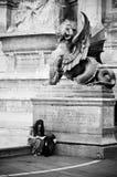 等待在st米谢尔喷泉附近的妇女 库存照片