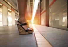 等待地铁的美丽的妇女 库存图片