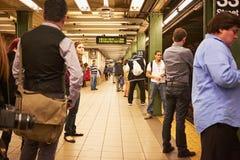等待地铁 免版税库存照片