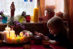 等待复活节的小男孩 免版税图库摄影