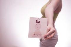 等待奇迹-怀孕妇女 关于爱和家庭的概念 库存图片