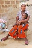 等待她的孩子的妇女留下安静做洗衣店 免版税库存图片