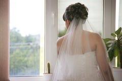 等待她的新郎的新娘 免版税图库摄影