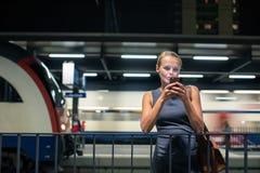 等待她的每日到站列车的女性通勤者 库存图片