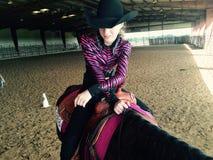 等待她的轮的女牛仔在马展示 免版税图库摄影