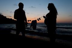 等待婴孩的孕妇和她的伙伴 免版税库存照片