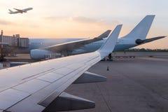 等待对出租汽车车道的跑道的飞机喷气机在机场和aircr 免版税库存图片