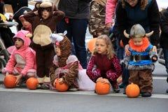 等待对南瓜的服装的孩子滚保龄球在卡罗琳街,萨拉托加斯普林斯10月2013年,纽约下 库存照片