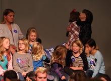 等待希拉里・罗德姆・克林顿的女童子军讲话 免版税库存照片