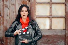 等待年轻女演员藏品戏院的板摄制 免版税库存图片