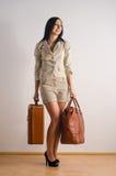 带着手提箱的妇女 免版税库存照片