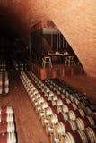 等待成熟的葡萄酒桶过程的结尾 免版税库存照片