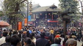 等待拥挤的人员输入寺庙 免版税库存图片
