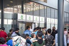 等待搁浅的难民获得在Keleti Tra的协助 免版税库存图片