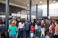 等待搁浅的难民获得在Keleti Tra的协助 库存照片