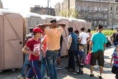 等待搁浅的难民访问洗手间在Keleti Trainst 免版税库存图片