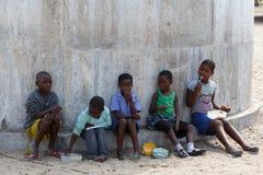 等待教训的愉快的纳米比亚小学生 免版税图库摄影