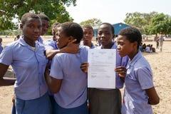 等待教训的愉快的纳米比亚小学生 免版税库存图片