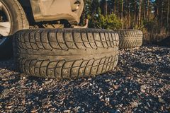 等待散布的冬天的轮胎放置和登上,芬兰 免版税图库摄影
