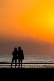 等待日出的夫妇 免版税图库摄影