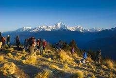 等待日出的游人在Poonhill,安纳布尔纳峰电路在尼泊尔 免版税库存照片