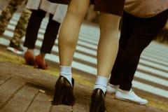 等待时兴和相当女性的腿特写镜头穿过路在涩谷,东京,日本 免版税库存图片