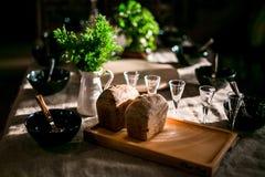 等待晚餐的客人在土气样式 免版税图库摄影