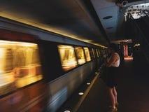 等待某人地铁的 免版税库存图片