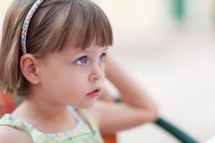 等待某人或某事的逗人喜爱的小女孩 库存照片