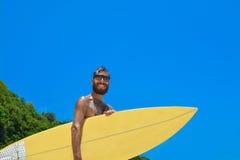 等待波浪的男性冲浪者 免版税图库摄影