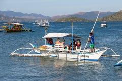 等待游人的小船旅行在海岛之间 菲律宾 库存图片