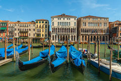 等待游人,威尼斯,意大利的长平底船 图库摄影
