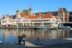 等待游览小船的游人在阿姆斯特丹,荷兰 免版税图库摄影