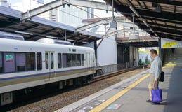 等待火车的一个人在马尼拉地铁,菲律宾的驻地 免版税库存图片