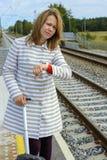 等待火车的一名美丽的妇女的画象 库存照片
