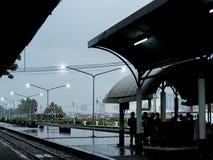 等待火车的乘客在平台 免版税图库摄影