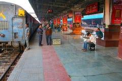 等待火车的乘客在斋浦尔连接点铁路sta 库存图片