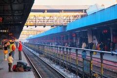 等待火车的乘客在斋浦尔连接点铁路sta 免版税图库摄影