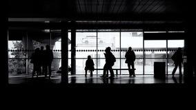 等待火车的人们 免版税库存照片