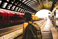 等待火车的年轻背包徒步旅行者行家妇女在平台 免版税库存照片