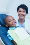 等待牙齿检查的微笑的男孩 免版税图库摄影