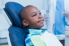 等待牙齿检查的男孩 免版税库存图片