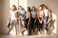 等待瑜伽教训的多种族被定调子的妇女 免版税图库摄影