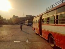 等待由太阳的公共汽车站 免版税库存图片
