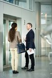 等待由电梯的商人 免版税库存照片