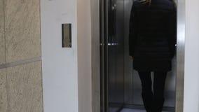 等待电梯的少妇 股票视频