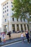 等待的人买iPhone 6 -巴塞罗那 免版税图库摄影