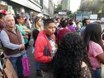 等待的人们穿过街道在墨西哥城 免版税图库摄影