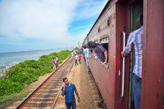 等待的人们,当火车是 库存图片